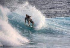 Praticando il surfing sui Maldives Immagini Stock