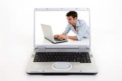 Praticando il surfing sul computer portatile Fotografia Stock Libera da Diritti