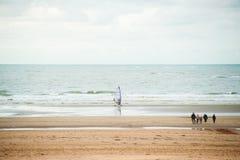 Praticando il surfing sulla spiaggia fotografia stock libera da diritti