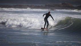 Praticando il surfing sulle onde Cornovaglia, il Regno Unito stock footage