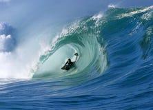 Praticando il surfing un'onda perfetta del tubo alla baia Hawai di Waimea Fotografia Stock Libera da Diritti