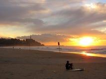 Praticando il surfing vicino a Jaffa Immagini Stock