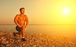 Praticar do atleta, jogando esportes na praia fotografia de stock
