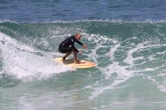 Praticare il surfing fotografie stock