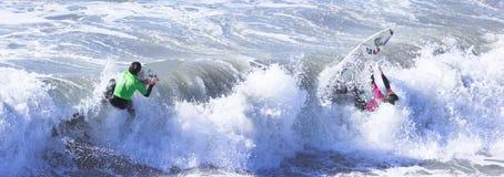Praticare il surfing Fotografia Stock