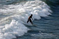 Praticare il surfing Fotografia Stock Libera da Diritti