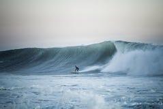 Praticare il surfing Immagini Stock Libere da Diritti