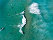 Praticare il surfing ancora sopra immagine stock