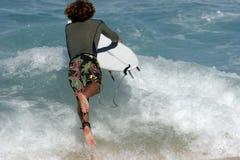 Praticare il surfing andante Immagine Stock