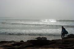 Praticare il surfing andante Fotografie Stock