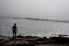 Praticare il surfing andante Fotografia Stock Libera da Diritti
