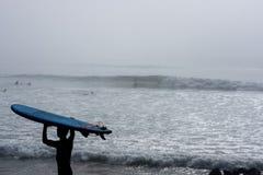 Praticare il surfing andante Immagini Stock Libere da Diritti