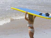 Praticare il surfing andante del bambino Immagini Stock