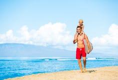 Praticare il surfing andante del figlio e del padre Fotografia Stock Libera da Diritti