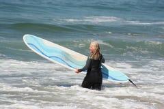 Praticare il surfing andante della donna Fotografia Stock Libera da Diritti