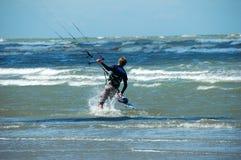 Praticare il surfing del cervo volante Fotografie Stock