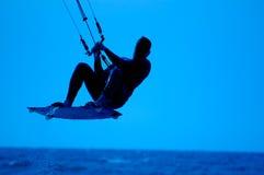 Praticare il surfing del cervo volante Immagine Stock