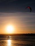 Praticare il surfing del cervo volante Fotografia Stock