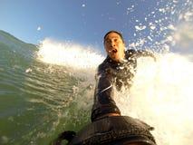 Praticare il surfing del corpo Fotografia Stock