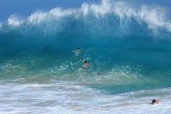 Praticare il surfing del corpo della spiaggia sabbiosa immagine stock libera da diritti