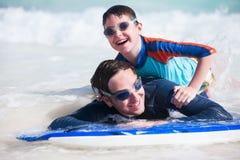 Praticare il surfing del figlio e del padre Fotografia Stock Libera da Diritti