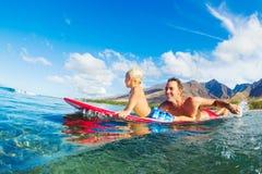 Praticare il surfing del figlio e del padre Immagine Stock