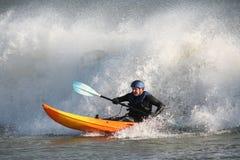 Praticare il surfing del kajak Fotografie Stock