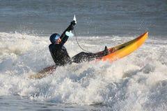 Praticare il surfing del kajak Fotografia Stock