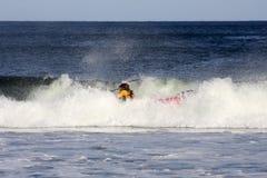 Praticare il surfing del kajak Fotografia Stock Libera da Diritti