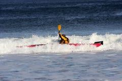 Praticare il surfing del kajak Fotografie Stock Libere da Diritti