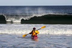 Praticare il surfing del kajak Immagini Stock