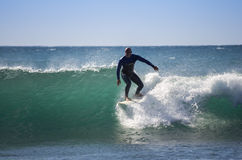 Praticare il surfing del mare Fotografia Stock Libera da Diritti