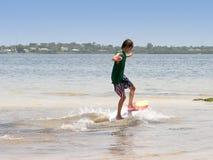 Praticare il surfing del ragazzo Immagine Stock