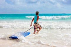 Praticare il surfing del ragazzo Fotografia Stock Libera da Diritti