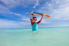 Praticare il surfing del ragazzo Fotografie Stock
