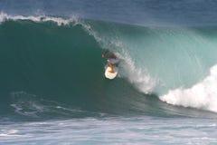 Praticare il surfing del surfista di sport fotografia stock