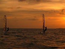 Praticare il surfing del vento Immagine Stock