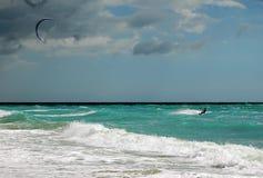 Praticare il surfing del vento immagine stock libera da diritti