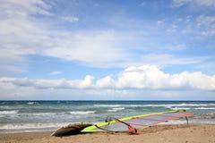 Praticare il surfing del vento Fotografie Stock
