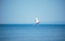 Praticare il surfing del vento Immagini Stock