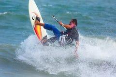 Praticare il surfing dell'aquilone Fotografia Stock Libera da Diritti
