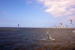 Praticare il surfing dell'aquilone Immagini Stock Libere da Diritti