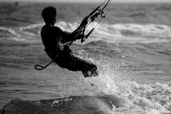 Praticare il surfing dell'aquilone Fotografie Stock