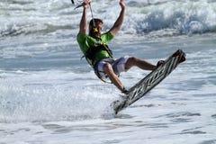 Praticare il surfing dell'aquilone Fotografia Stock