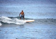 Praticare il surfing dell'vecchio amico Fotografia Stock Libera da Diritti