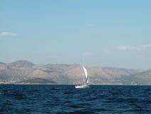 Praticare il surfing della barca a vela Fotografie Stock