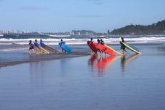Praticare il surfing della Gold Coast Immagine Stock Libera da Diritti