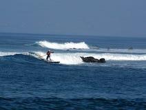 praticare il surfing della pala fotografia stock libera da diritti