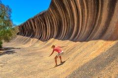 Praticare il surfing della roccia di Wave fotografia stock