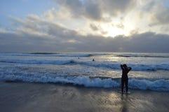 Praticare il surfing della spiaggia di La Jolla Immagini Stock Libere da Diritti